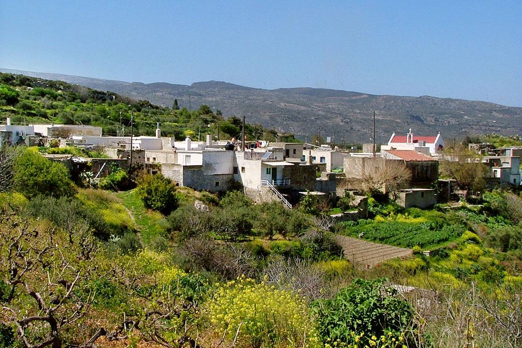 """nea praisos, lasithi, crete, greece - Im hübschen Dorf Nea Praisos gibt es ein Dorfkafenion, direkt an der Hauptstraße. Dort können """"Hobbyforscher"""" wertvolle Tipps zur Erkundung und Ortung der Ruinen von Praisos eingeholt werden."""