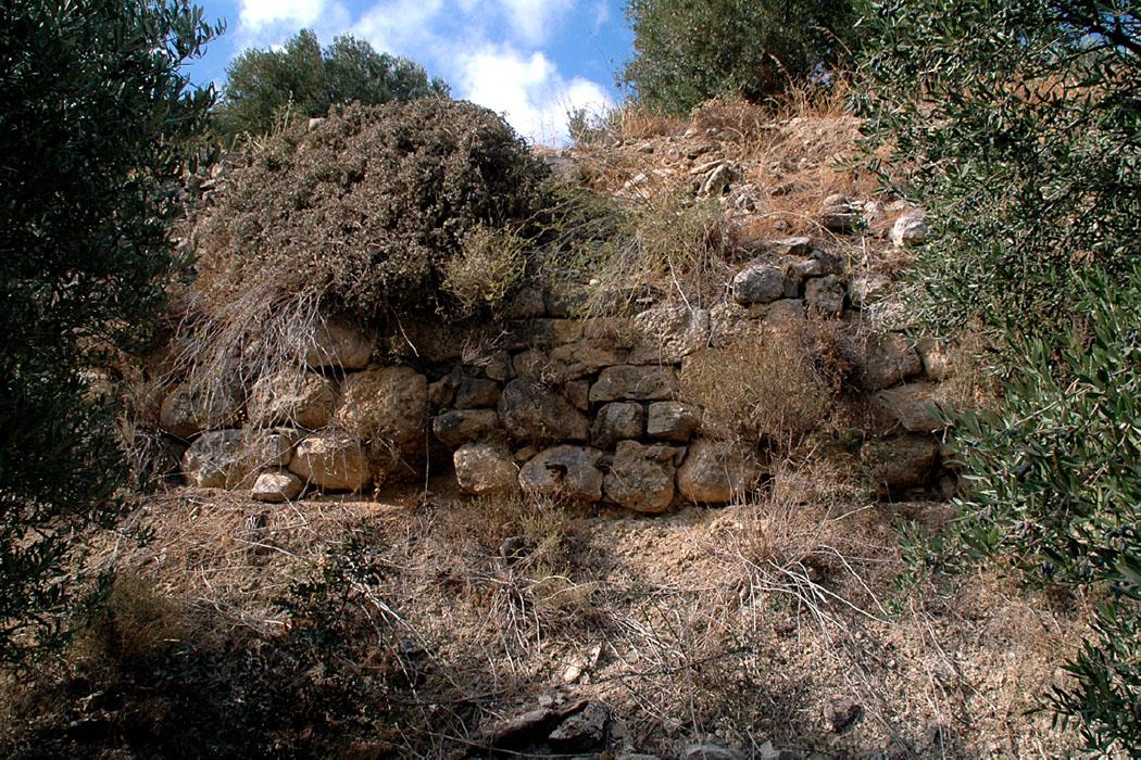 """praisos, ancient city wall, lasithi, crete, greece - Reste der Befestigungsmauer von Praisos liegen an der Flanke der """"Ersten Akropolis""""."""