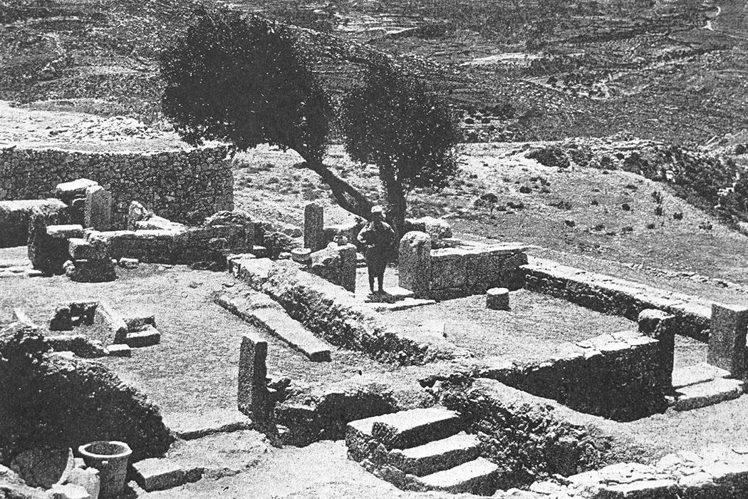"""praisos_andreion_first excavations_1902_ol - Ein Mandelbaum gab, während der ersten Ausgrabungen derBritish School at Athensim Jahr 1901, dem später als """"Andreion"""" identifizierten Gebäude den Namen."""