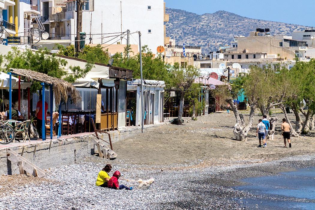 Gleich hinter den Tavernen, Bars und Cafés an der Uferpromenade beginnt der Stadtstrand von Ierapetra. Bereits im April wagen sich die ersten zum erfrischenden Bad ins Meer.