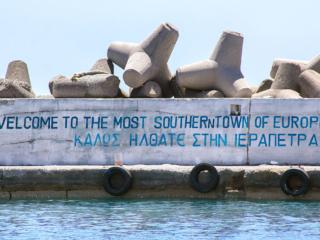 """An der Einfahrt in den Hafen von Ierapetra wird der Besucher an der Mole mit dem Spruch """"Welcome to the most southern Town of Europe"""" begrüßt."""