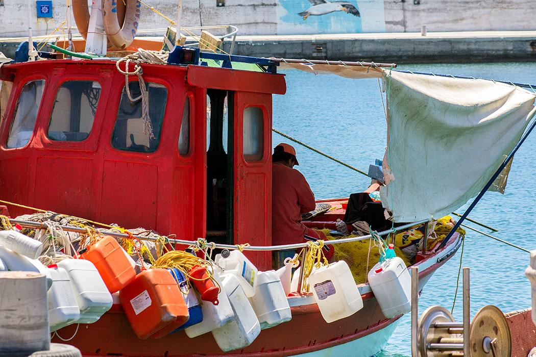 Romantisch ist ein Leben als Fischer sicherlich nicht, die Arbeit ist hart. Ausfahrt ist früh morgens oder spät am Abends, je nachdem was gefangen werden soll. Wenn das Meer aufgewühlt ist, wird nicht ausgefahren. Wer im Hafen bleibt verdient kein Geld.