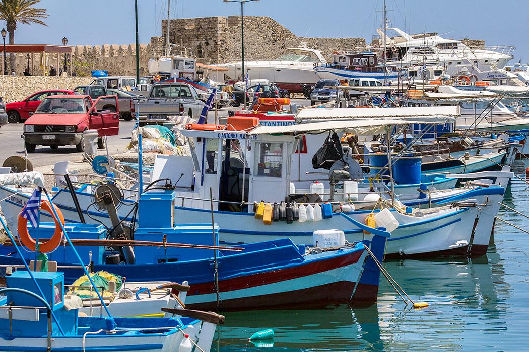 Am malerischen Fischerhafen von Ierapetra geht es immer lebhaft zu. Viele Kreter kaufen ihren Fisch direkt von den Booten.