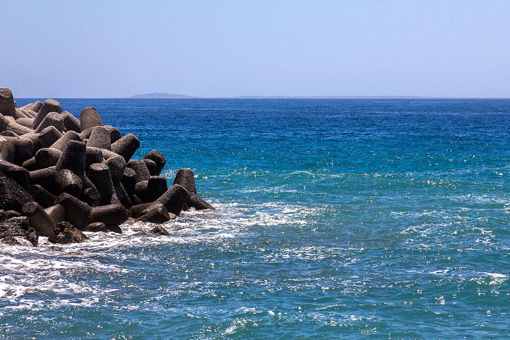 Von der Hafenmole in Ierapetra ist die fünfzehn Kilometer entferne Insel Chrissi sichtbar. In den Sommermonaten fahren Ausflugsschiffen mehrmals täglich in etwa einer Stunde auf die Insel mit wunderschönen Stränden.