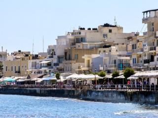 An der Uferpromenade von Ierapetra reihen sich Cafés, Bars, Restaurants und kleine Hotels aneinander.