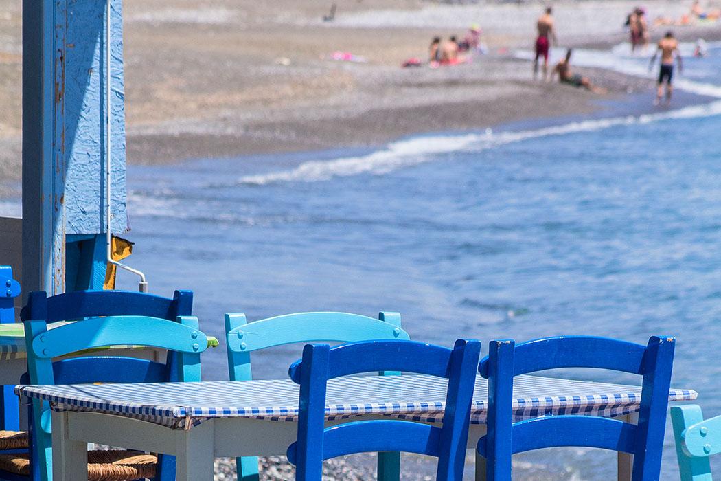 Ierapetra: Ein Sitzplatz am Meer mit Blick auf den Stadtstrand. Hier kommt schon echtes Sommerfeeling auf, obwohl wir im April dort waren.