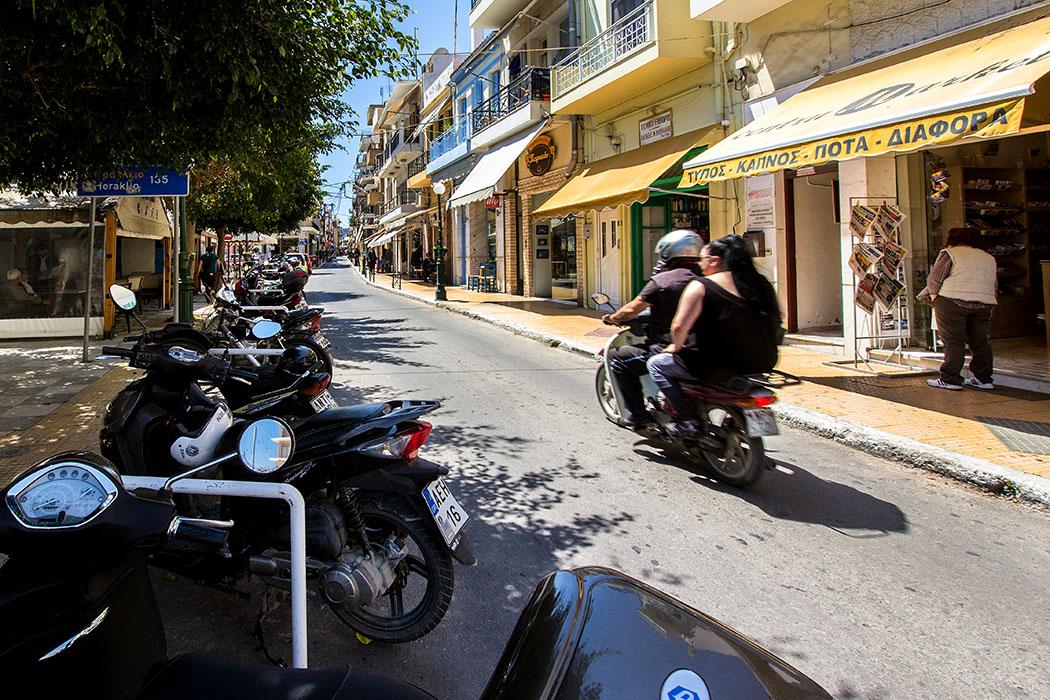 Die Odos Venizelou von Sitia ist eine der Einkaufsstraßen von Sitia. Hier finden sich Banken, Bars, Bekleidungsgeschäfte, Restaurants, Technik-Shops ect.