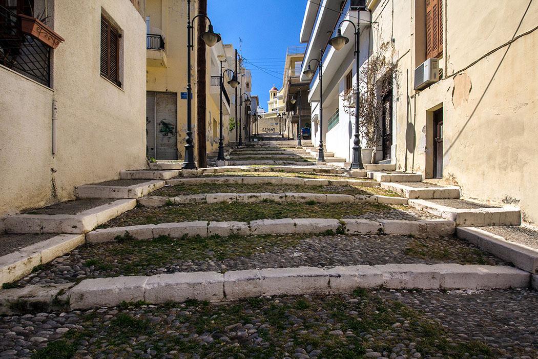 Die Treppengasse Metaxaki führt vom Fischerhafen von Sitia zur Agia Ekaterini Kirche hinauf.