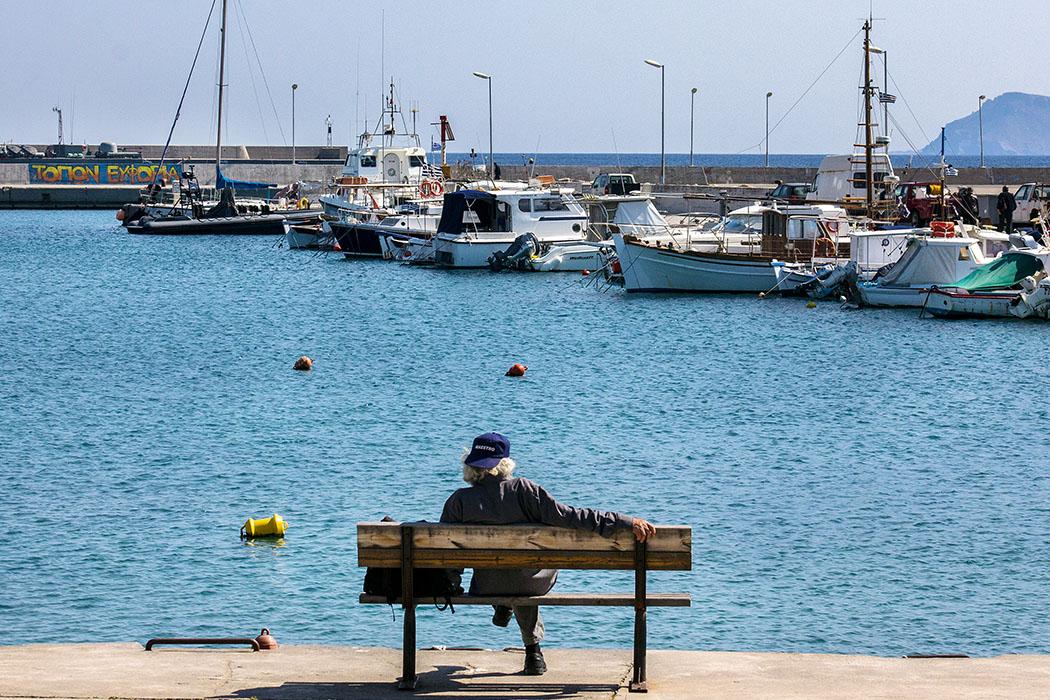 Das kretische Leben in Sitia ist entspannt. Ein meditativer Blick auf das Meer und die Boote im Hafen tun immer gut.