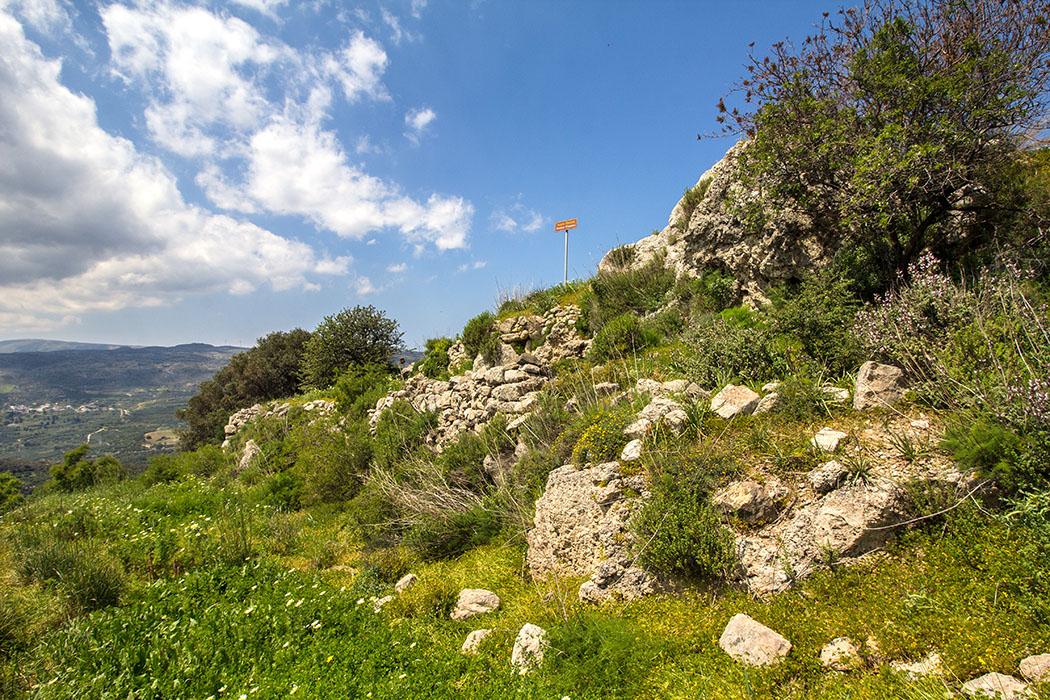Ostkreta: Praisos - Eteokretische Hauptstadt in der Region Sitia - reise-zikaden.de, greece, griechenland, crete, kreta, lasithi, sitia, praisos, akropolis, aufgang - Vom Parkplatz führt ein Pfad auf die Erste Akropolis hinauf. Auf dem Gipfelplateau stand einst der Zeus-Tempel von Praisos. Deutlich sind beim Aufstieg noch Terrassierungsmauern erkennbar.