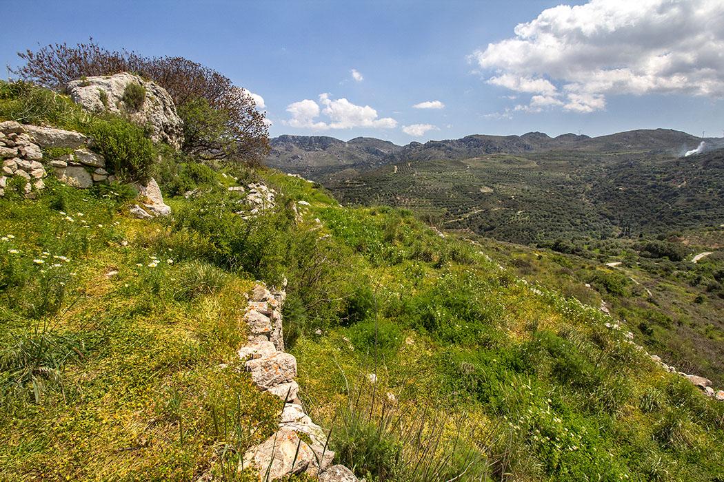 """reise-zikaden.de, greece, griechenland, crete, kreta, lasithi, sitia, praisos, first akropolis, terraces - Der Blick schweift von der """"Ersten Akropolis"""" in Praisos in Richtung Osten. An den Bergflanken liegen die Dörfer Sandali und Katsidoni."""