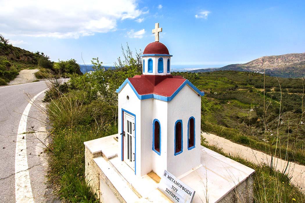 """nea praisos, Kandilakia - Nea Praisos: Ein hübscher Bildstock, in Griechenland """"Kandilakia"""" genannt, steht neben der Straße zurück nach Sitia. Rechts im Tal lag einst Praisos, die eteokretische Hauptstadt der Region Ostkreta."""