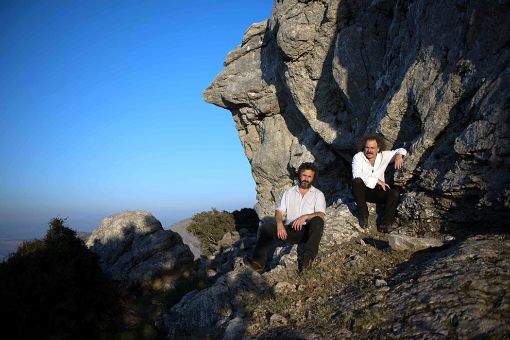 "Musik-Rezension: Xylouris White - Mother (2018) - xylouris white - Das Duo ""Xylouris White"" George Xylouris (Laute, Gesang) und Jim White (Schlagzeug) beim Fototermin in Gebirge von Kreta. Foto: www.xylouriswhite.com, Manolis Mathioudakis"