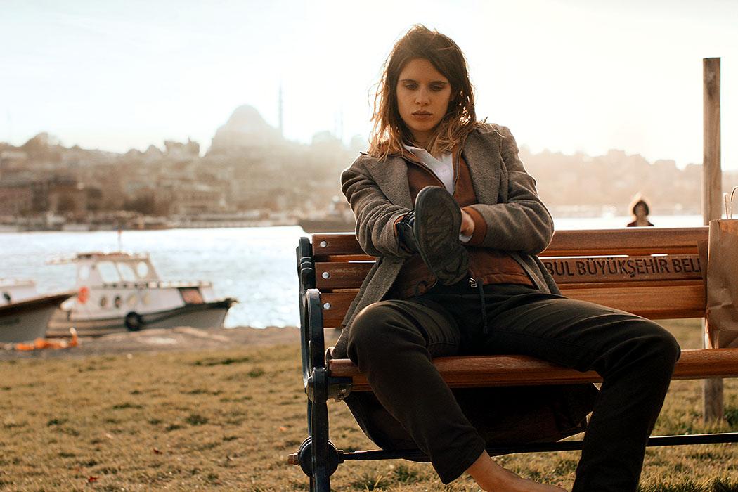 Filmtipp: Djam – Ägäis-Odyssee mit Rembetiko, von Tony Gatlif - DJAM_02_ol - Djam (Daphné Patakia) in Istanbul. Die junge Griechin hat hat Temperament, ist freiheitsliebend und unbeschwert, aber auch ein wenig aufmüpfig und widerständig. Foto: Princes Production