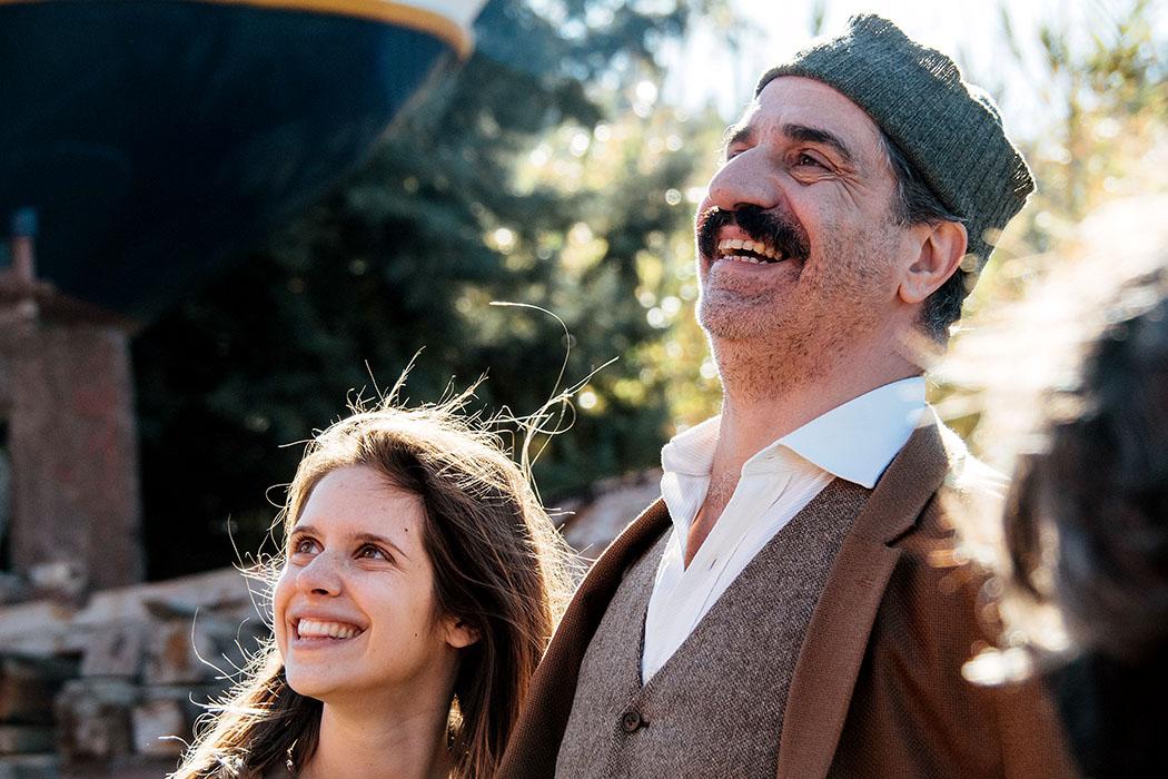 Filmtipp: Djam – Ägäis-Odyssee mit Rembetiko, von Tony Gatlif - Djam (Daphné Patakia),Kakourgos (Simon Abkarian) - Djam (Daphné Patakia, links) wird von ihrem Onkel Kakourgos (Simon Abkarian), einem Seemann und Rembetiko-Fan, von der Insel Lesbos nach Istanbul geschickt. Foto: Princes Production
