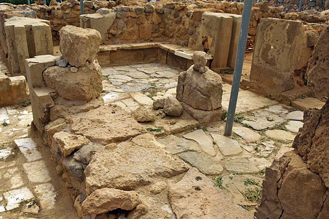 """Minoan_Palace_of_Nirou_Myhersonissos - Die einst zweistöckige luxuriöse minoische Villa """"Nirou Chani"""" liegt nahe dem Strand von Kokkini Khani, östlich von Heraklion und unweit der Villa von Amnissos. Foto: Wikipedia, Myhersonissos"""