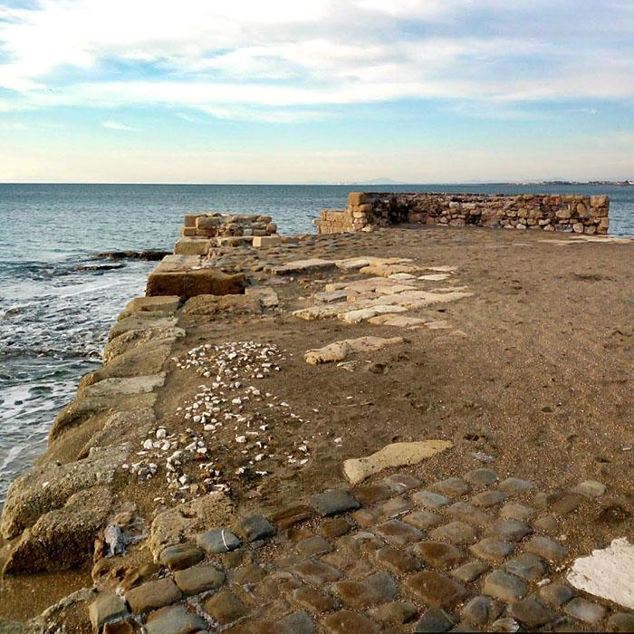 Porto Clementino, Gravisca, Tarquinia, Italy - Reste der Hafenanlagen von Porto Clementino, dem ehemaligen Hafen von Gravisca. Daneben konnten Archäologen Reste von etruskischen Wohnhäusern und Heiligtümern freilegen.