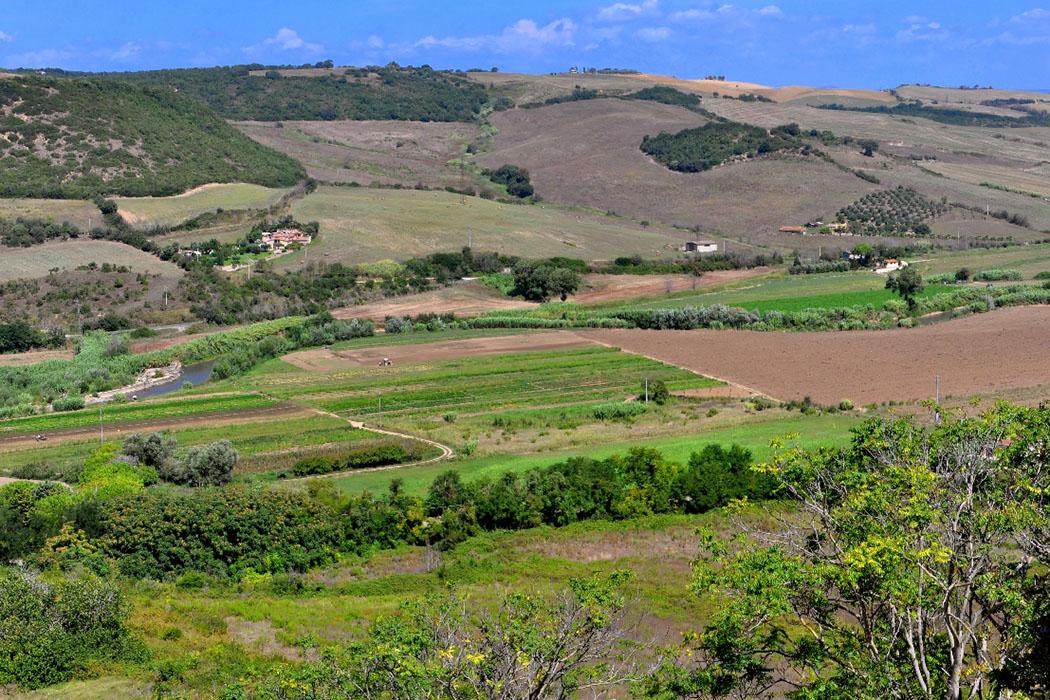Tarquinia_Pian di Civita - Der einstige Siedlungshügel von Tarchna, liegt heute schräg gegenüber von Tarquinia, und wird La Civita oder Pian di Civita genannt. Foto: Wikipedia, Ra Boe
