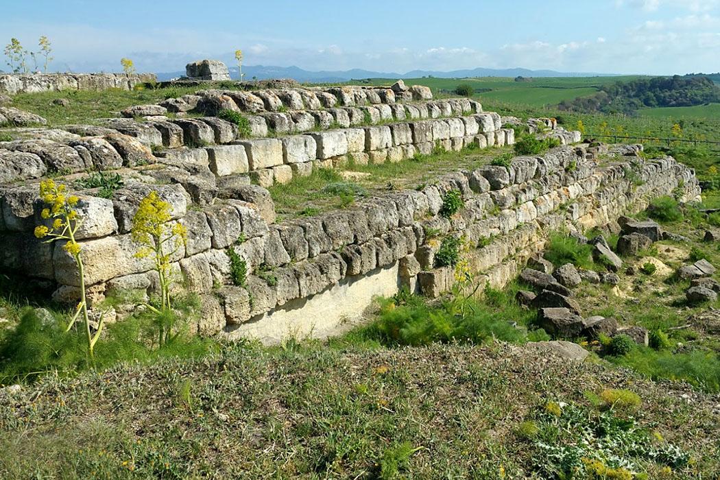"""ara della regina_tempel - Auf dem alten Stadthügel des etruskischen Tarchna wurde der Unterbau eines Tempels aus dem 4. bis 3. Jahrhundert freigelegt. Das Tempelfundament wird """"Ara della Regina"""" (Altar der Königin) genannt."""