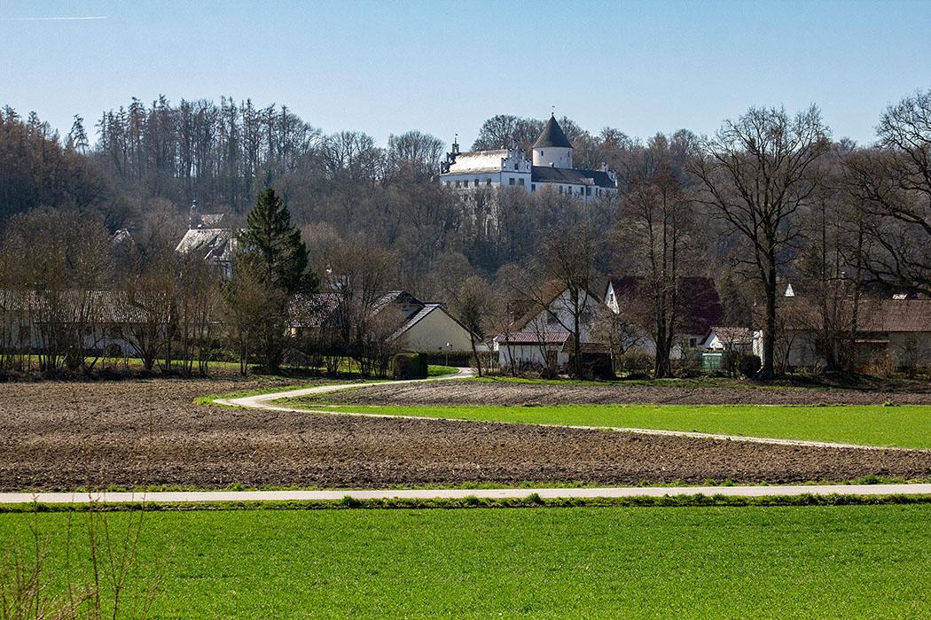 reise-zikaden.de, Germany, Lower Bavaria, Landshut, Eching, schloss kronwinkl - Vom Südufer des Echinger Stausees ist Schloss Kronwinkl über dem Isartal sichtbar. Seit dem 12. Jahrhundert ist die Burg Stammsitz der Grafen von Preysing.