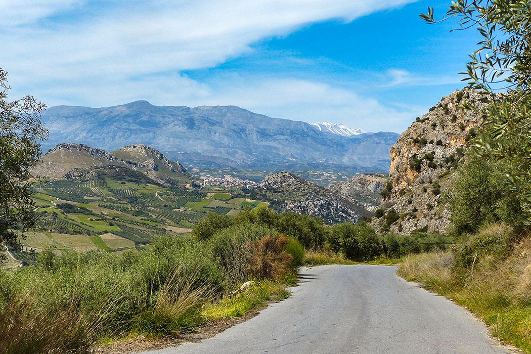 Kreta: Archanes - Frühlingsausflug zum Jouchtas in wilder Natur. Zentrales Thema ist die faszinierende Pflanzenwelt Kretas, diese ist im Frühling spektakulär. - reise-zikaden.de, Griechenland, Kreta, Heraklion, Archanes, Jouchtas, Psiloritis - Die Schönheit von Kreta beeindruckt immer wieder. Im Frühjahr ist das Gebiet im Süden des Jouchtas, mit Blick über das Tal von Karnari auf die schneebedeckten Gipfel des Ida-Gebirges dahinter, besonders eindrucksvoll. Foto: Pauline Lindner