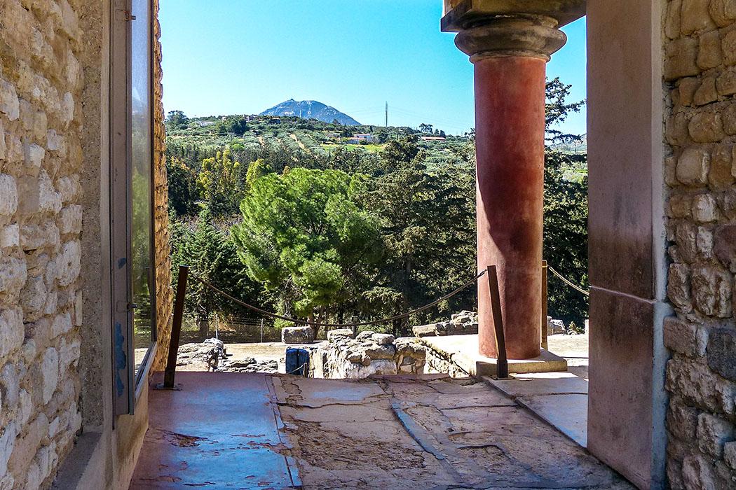 Bereits während unseres Rundgangs im minoischen Palast von Knossos ist die Bergspitze des Jouchtas gut erkennbar. Foto: Pauline Lindner - reise-zikaden.de, Griechenland, Kreta, Heraklion, Knossos, Haus des Lilienprinzen, Jouchtas