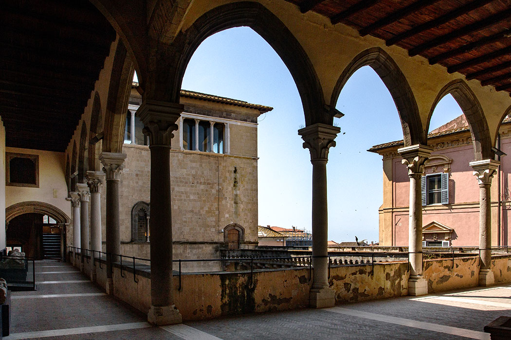 reise-zikaden.de, Italien, Tarquinia, Palazzo Vitelleschi, Museum, Obergeschoss - Das Obergeschoss des Palazzo Vitelleschi wiederholen sich die Bögen im Renaissance-Stil des 15. Jahrhunderts. Im Palast befindet sich heute das Archäologische Nationalmuseum von Tarquinia.