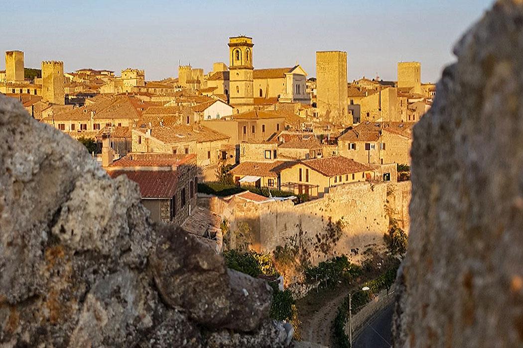 Latium: Tarquinia - Etrusker-Hauptstadt mit freskierten Gräbern - tarquinia, altstadt, italien - Das mittelalterliche Tarquinia mit seinen Geschlechtertürmen, Kirchen und verschachtelten Gassen ist kaum bekannt. Jeder kennt San Gimignano, doch wer war schon einmal in Tarquinia?