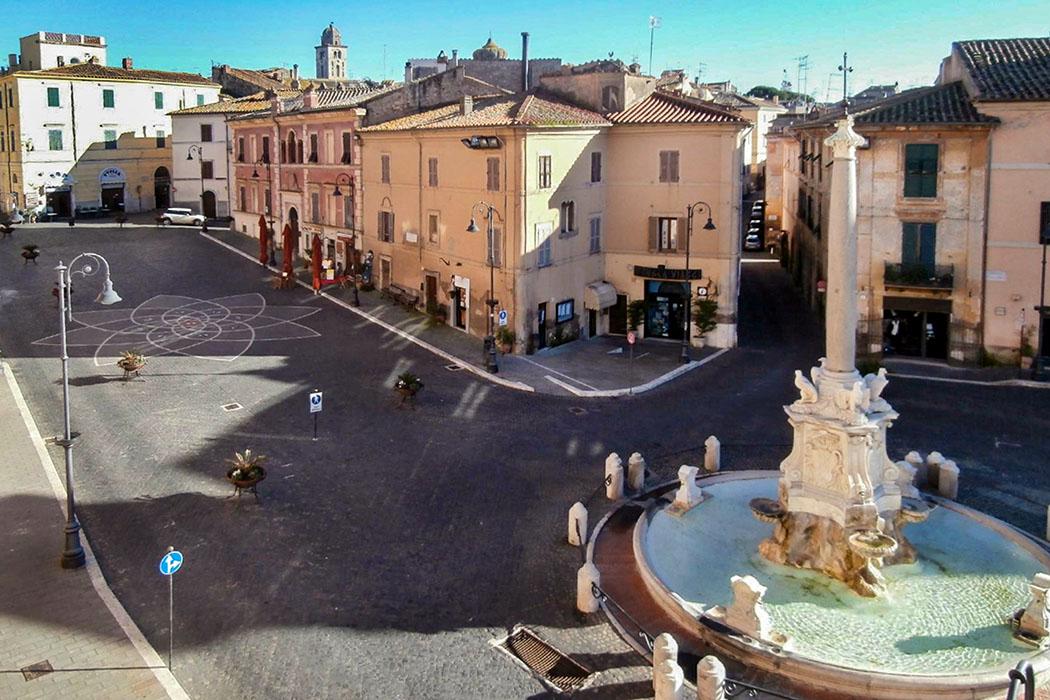 tarquinia, piazza matteotti - Der Rundgang durch Tarquinia könnte an der zentralen Piazza Matteotti mit der Besichtigung des Altstadtzentrums, der Kirchen, der Türme starten.