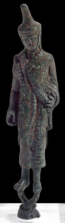 Etruscan Haruspex, Vatican Museo - Rom, Vatikanische Museen, Museo Gregoriano Etrusco: Die Bronzestatuette zeigt einen etruskischen Haruspex und datiert auf das 4. Jhd. v. Chr. Der Priester trägt eine hohe Kopfbedeckung, die unter dem Kinn festgebunden wurde. Der Verlust des Hutes während religiöser Zeremonies galt als schlechtes Vorzeichen.