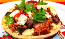 Griechische Pita Pizza mit Hackfleisch, Feta und Kirsch-Tomaten