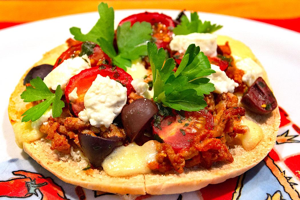 Griechische Pita Pizza mit Hackfleisch, Feta und Kirsch-Tomaten - Schnelle Küche: Griechische Pita Pizza mit Hackfleisch, Feta und Kirsch-Tomaten ist eine Köstlichkeit, die auch als edle Menü-Vorspeise oder Fingerfood bei einer Party gut ankommt.