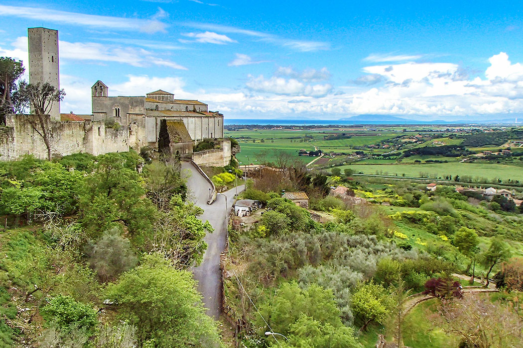 Italy, Lazio, Tarquinia, Santa Maria di Castello - Tarquinia: Blick von der Stadtmauer zur romanischen Kirche Santa Maria di Castello