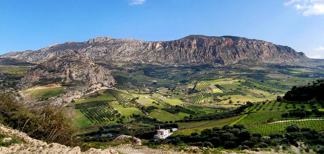 The west slope of mt Yuchtas - Der Gebirgszug des Jouchtas hat eine nordsüdliche Ausdehnung von fünf Kilometern. Sein höchster Punkt ist der Gipfel des Psili Korfi, mit 811 Meter. Das Foto zeigt die Westflanke des Berges. Foto: Wikipedia, C. Messier