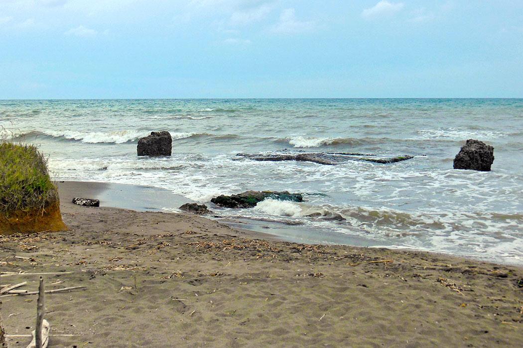 Martanum-taruqinia_port - Die Ruinen des etruskischen Hafens Martanum sind fast im Meer verschwunden. Dennoch sind sie ein eindrucksvolles Ziel für eine entspannte Wanderung am Strand Pian delle Spille. Foto: Wikipedia, MM