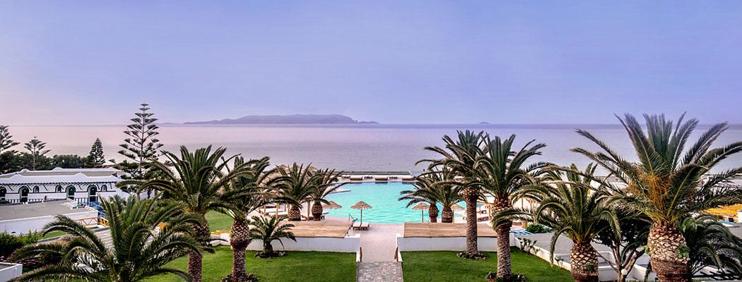 Mitsis Rinela Beach_ol - Überblick auf den Gartenanlage und den Pool vom Hotel Mitsis Rinela Beach Resort & Spa in Kokkoni Hani. Foto: Mitsis Rinela Beach