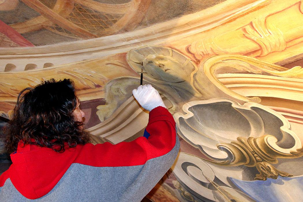 Stift_Vorau_-_Restaurierung_Deckenfresken - Die Foto zeigt eine Restauratorin bei der Arbeit an Deckenfresken. Foto: Wikipedia, Manfred Glössl