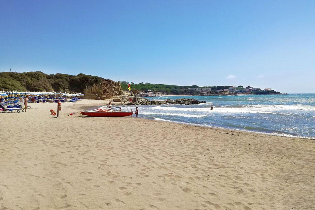 Latium: Die 5 schönsten Strände bei Tarquinia - Tarquinia, Bagni di Sant'Agostino beach - In der Dünenlandschaft von Bagni di Sant'Agostino erwartet die Besucher ein goldener Sandstrand.