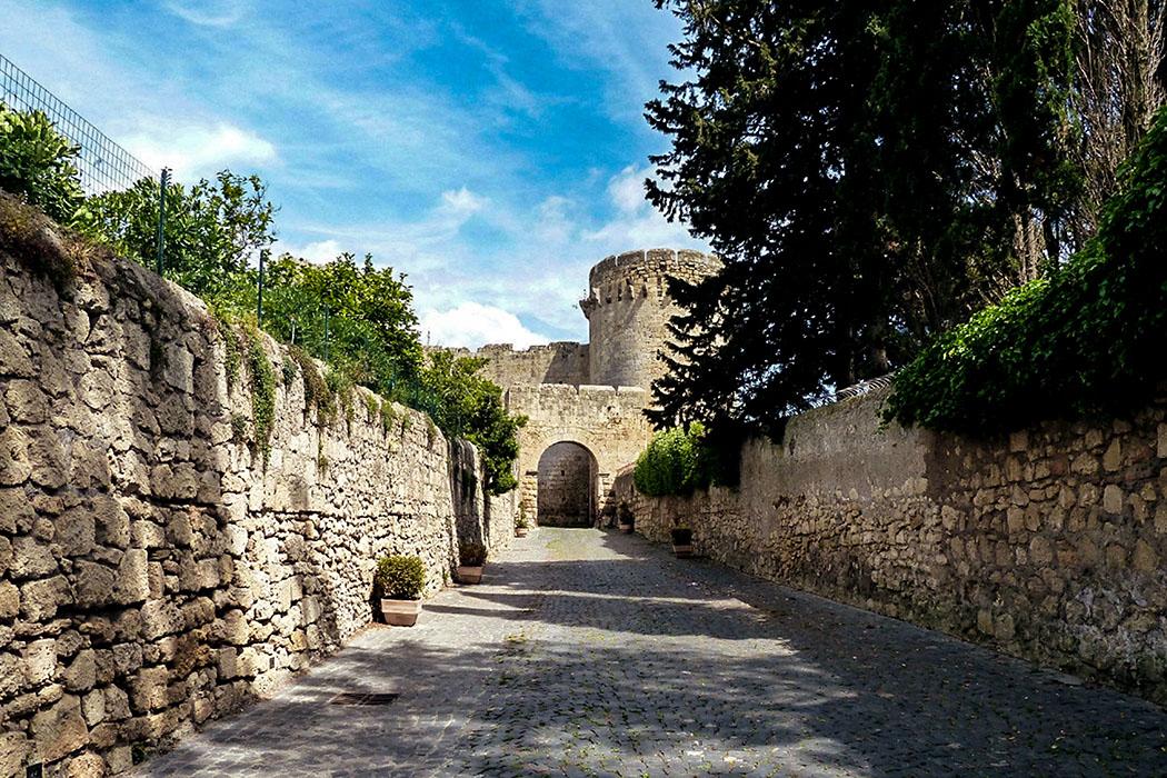 "An der Porta di Castello steht der eindrucksvolle Rundturm ""Torre di Matilde di Canossa"" aus dem 15. Jahrhundert."