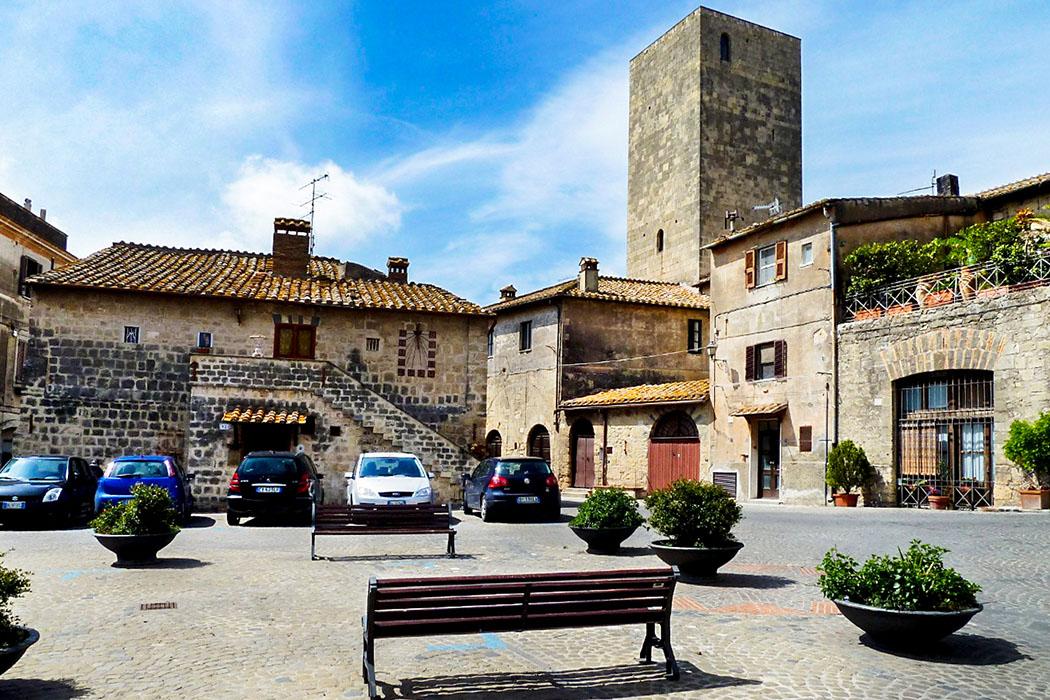 Die mittelalterliche Piazza San Martino wird vom Turm der romanische Kirche San Martino aus dem 12. Jahrhundert dominiert.