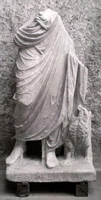 gravisca_roemische statue mit adler - Diese Statue datiert in die römische Kaiserzeit und zeigt einen Imperator in seiner Toga, begleitet von einem Adler. Das Fundstück befindet sich im Museum von Tarquinia.