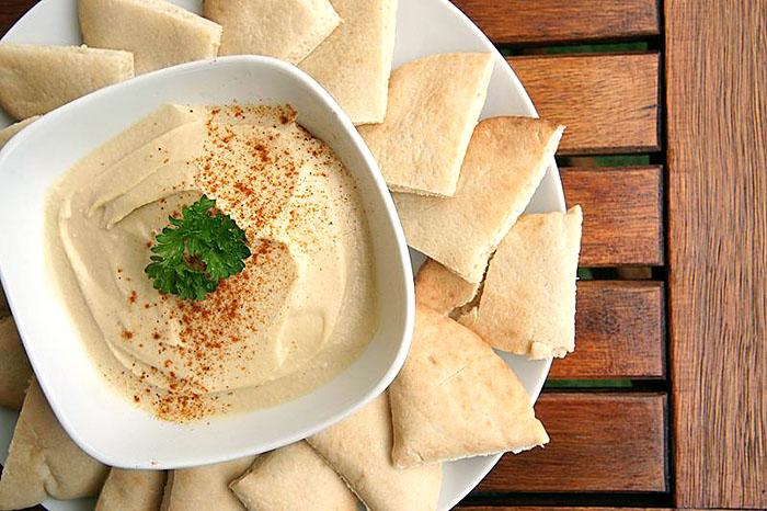 hummus orient Hummus mit Pita-Brot. Foto: Wikipedia, Popo le Chien