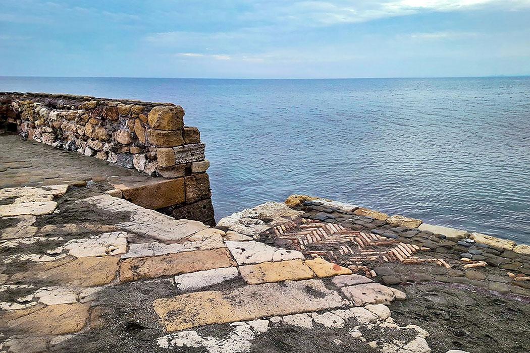 Latium: Gravisca - Der etruskische Hafen von Tarquinia - porto clementino 01-1 - Am Hafenpier von Porto Clementino ist deutlich die bunte Mischung seiner Baumeister über die Zeiten erkennbar.
