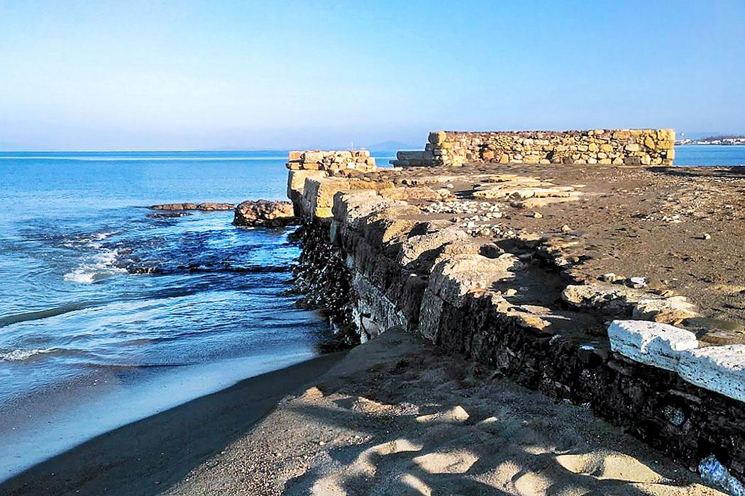 Latium: Gravisca - Der etruskische Hafen von Tarquinia - porto clementino 02-1 Das erhaltene Hafendock von Porto Clementino geht auf etruskisch-römische Fundamente zurück. Die Hafenanlagen waren in etruskischer Zeit deutlich größer, als es die Reste heute vermuten lassen.