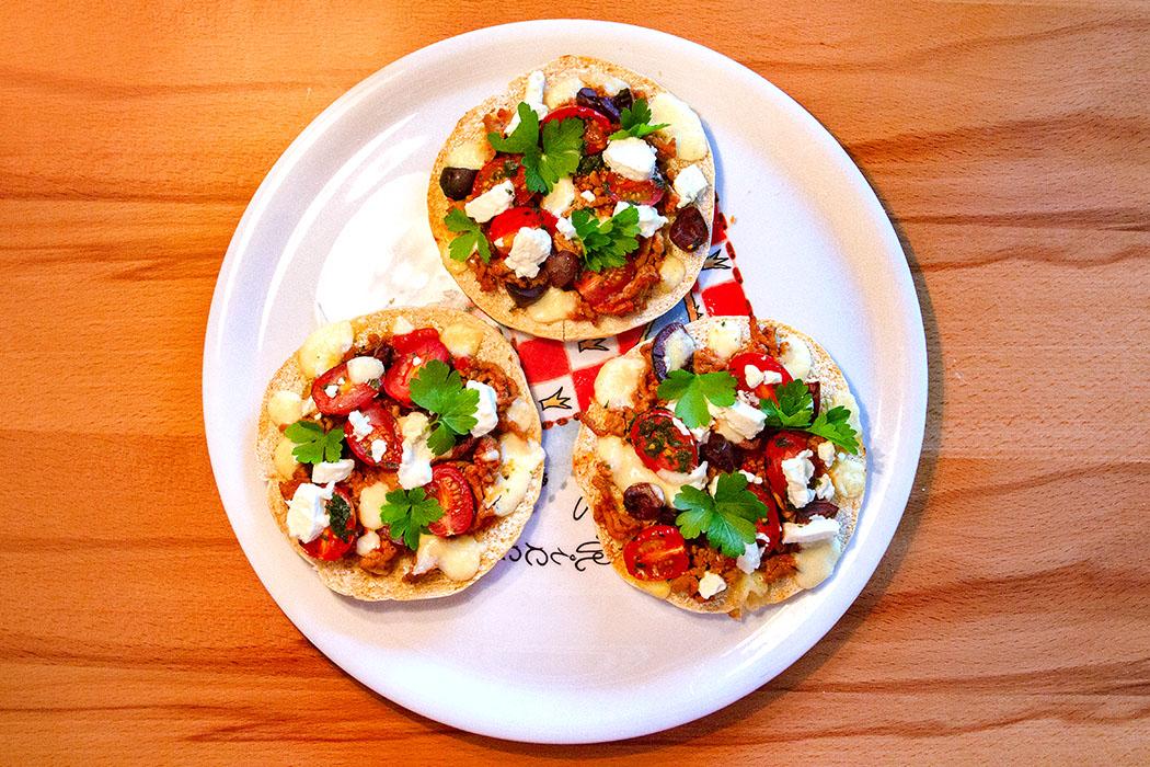reise-zikaden.de, Griechische Pita Pizza mit Hackfleisch, Feta und Kirsch-Tomaten - Wir haben für die griechische Pita Pizza pro Person drei Pita-Hälften mit 12 Zentimeter Durchmesser als Hauptgericht zubereitet.