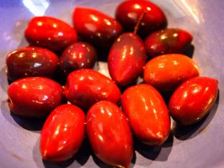 Oliven entsteinen und in grobe Stücke schneiden