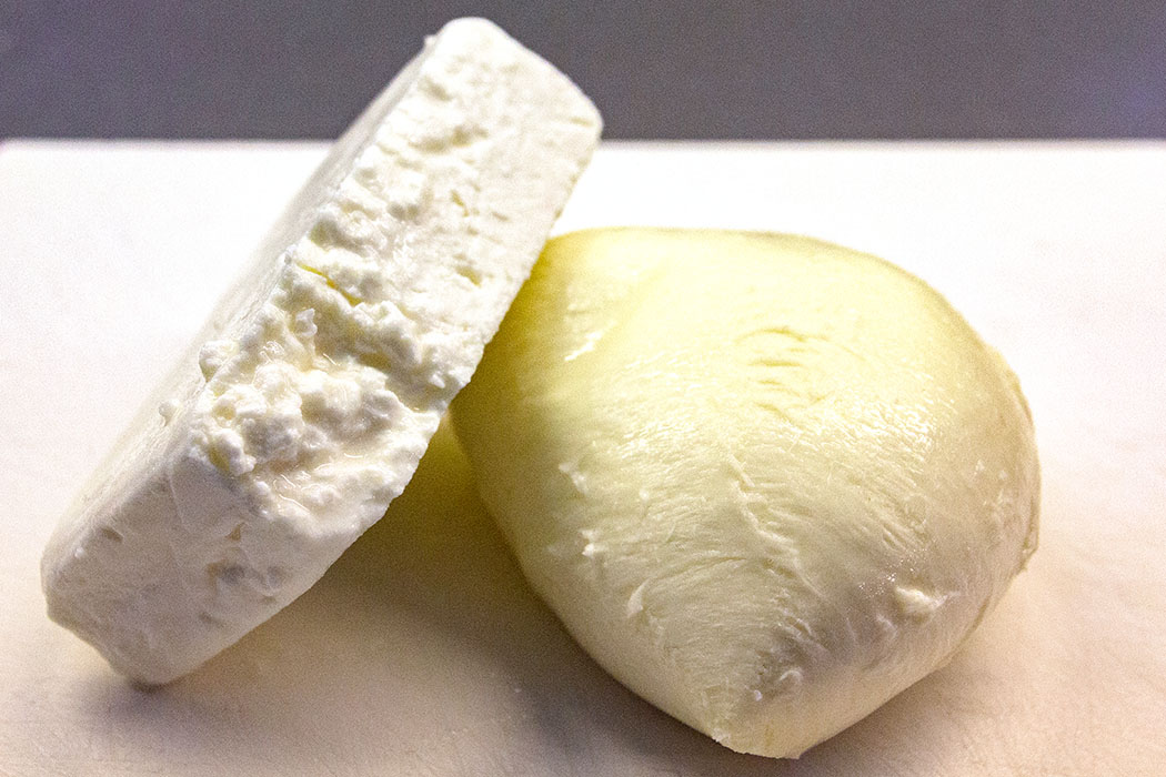 Mozzarella und Feta-Käse würfeln.