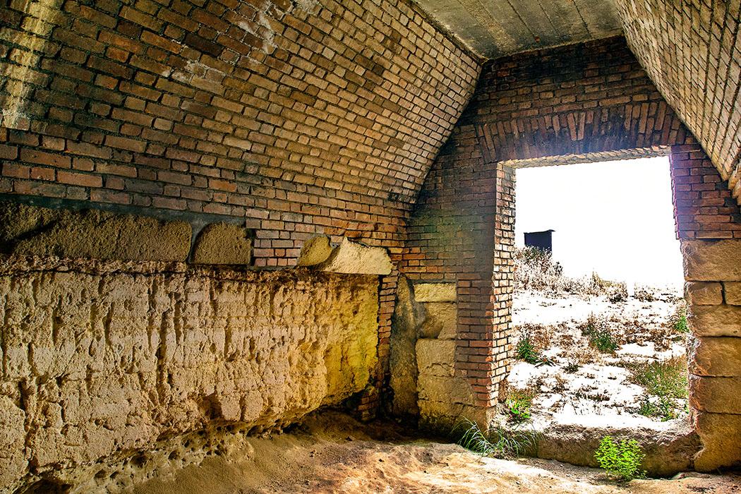 Latium: Tarquinia - Die Grabhügel der Doganaccia-Nekropole - reise-zikaden.de, italy, italien, italia, tarquinia, Doganaccia, Nekropole, Tumuli del Re, Grabkammer, grave chamber - Bei den Arbeiten im Jahr1928 an der Grabkammer des Tumuli del Re war das Gewölbe eingestürzt. Die Archäologen richteten sie wieder auf und fügten an den fehlenden Stellen Ziegelmauerwerk ein.