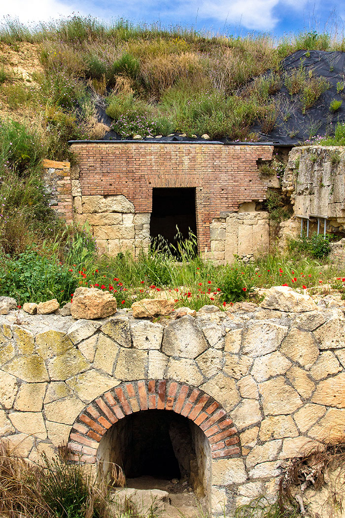 """reise-zikaden.de, italy, italien, italia, tarquinia, Doganaccia, Nekropole, Tumuli del Re, Portal - Vor dem Zugang in die Grabkammer befindet sich ein großer Vorraum, der von den Forschern """"Piazzaletto"""" genannt wird. Vor dem Piazzaletto wurde ein unterirdischer Tunnel entdeckt, der als Wasserablauf diente."""