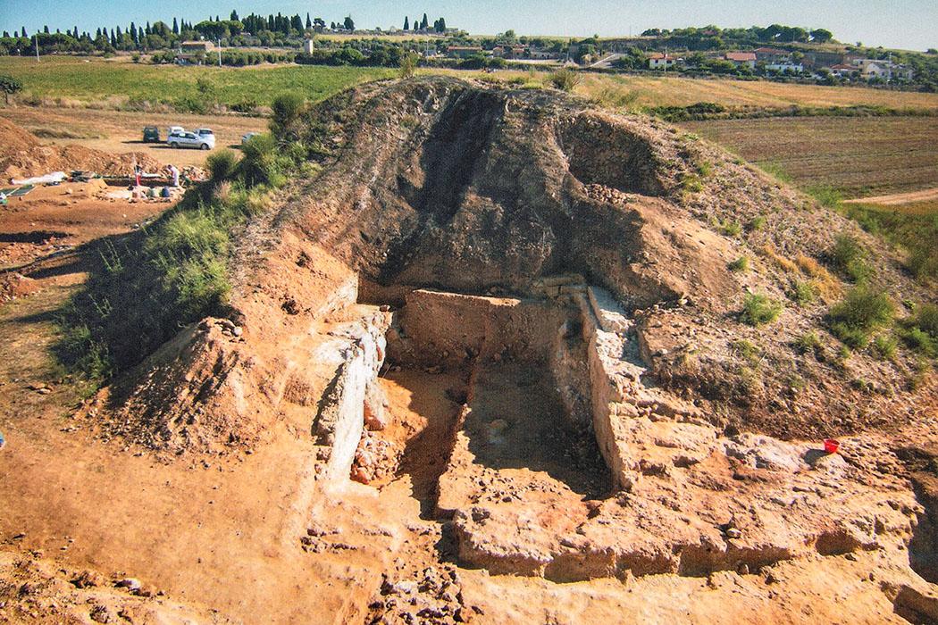 tarquinia, doganaccia, tumuli della regina - Die Luftaufnahme zeigt die freigelegte Grabkammer am Tumuli della Regina. Reste von Verputz zeigen, dass Raum war einst mit Fresken verziert worden war. Foto: www.viadeiprincipi.it